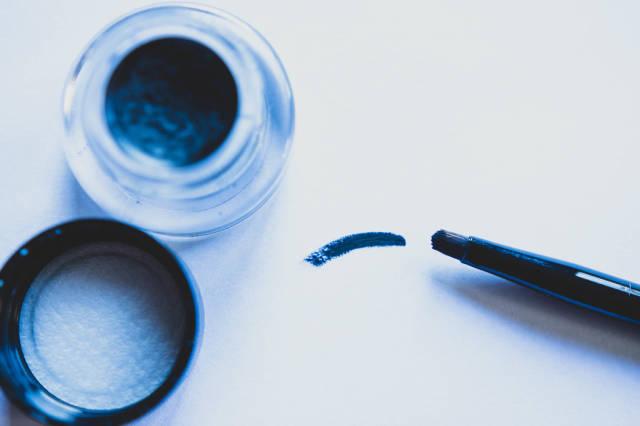 Gel eyeliner brush stroke on white backgroud