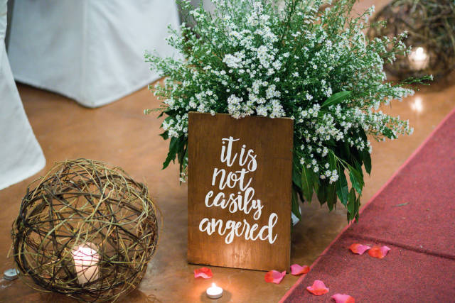 Small signage decoration at a wedding aisle