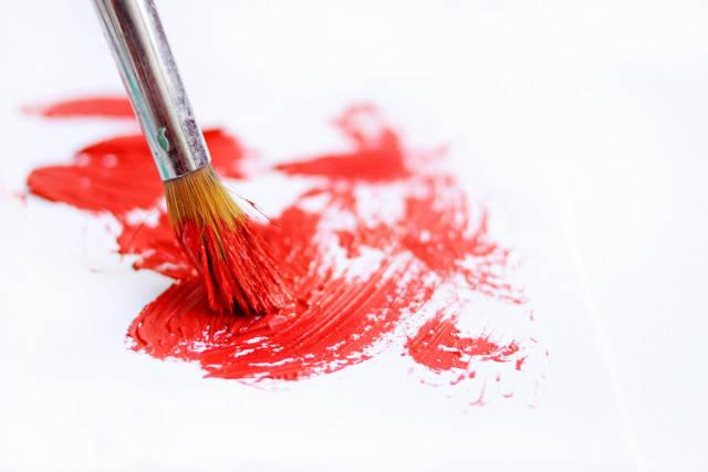 Pinsel mit roter Farbe