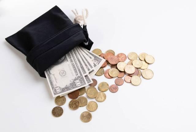 Geldtäschchen mit Geldscheinen und europäischem Kleingeld