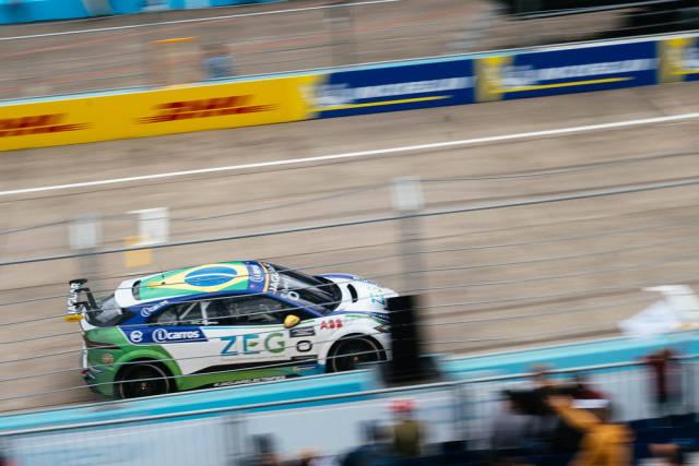 Jaguar i-Pace Rennwagen fährt schnell an der Fantribühne vorbei