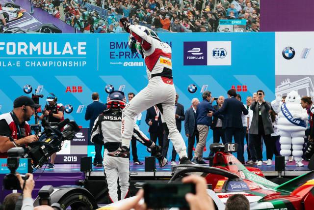 Autorennfahrer Lucas di Grassis bereitet sich darauf vor, nach dem Sieg im Berliner Rennen vom Auto zu springen