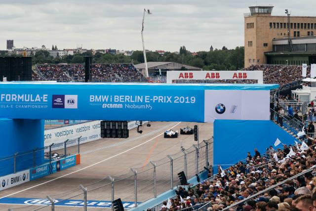 Formel - E Autorennen auf dem Tempelhofer Flughafen Berlin, mit vollen Besuchertribühnen