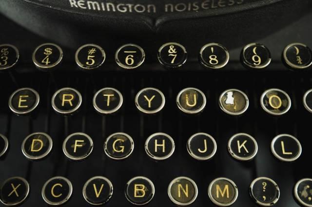 Alte Schreibmaschinen-Knöpfe in gelb auf schwarz
