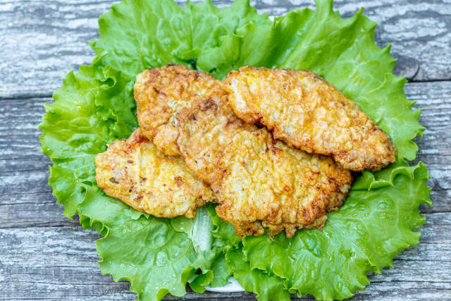 Meat chops fried in batter with lettuce leaves