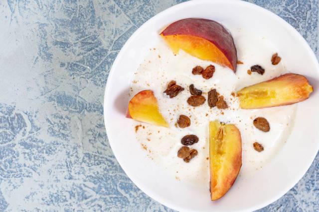 Sliced Peaches with Greek Yogurt and Raisins