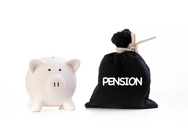 Rosa Sparschwein neben einem zugeknotetem schwarzen Geldsack und der Aufschrift Pension