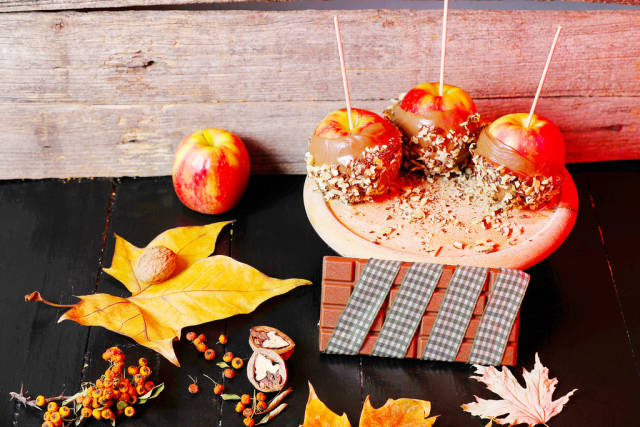 Baked apples with nuts and chocolate
