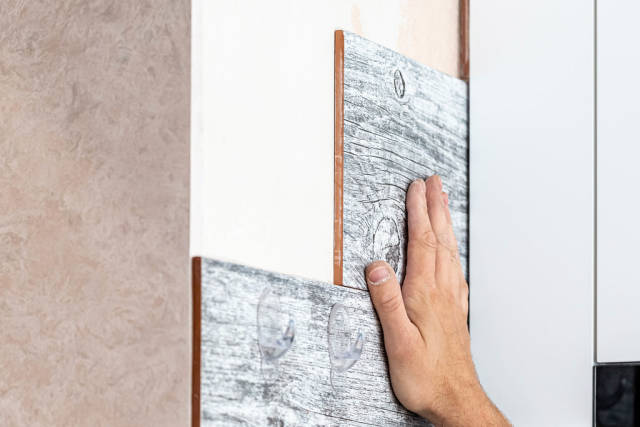 Master puts ceramic tiles on the wall