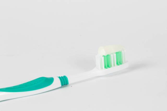 Zahnbürste mit weißer Zahnpaste