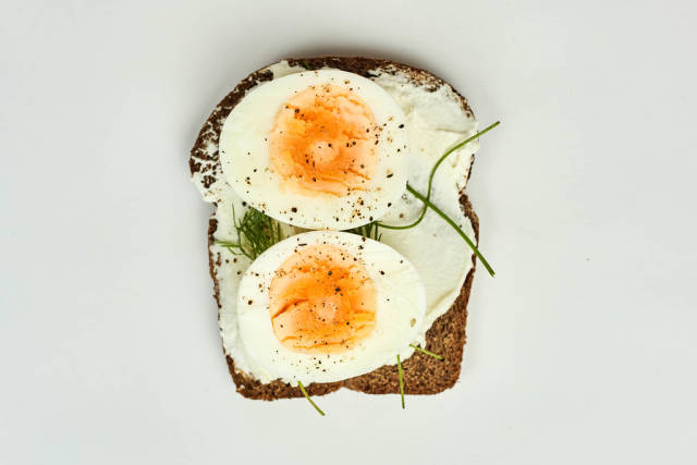 Boiled egg sliced and spiced on the roasted toast