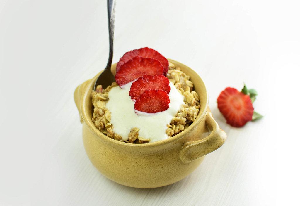 Porridge with yogurt and strawberries