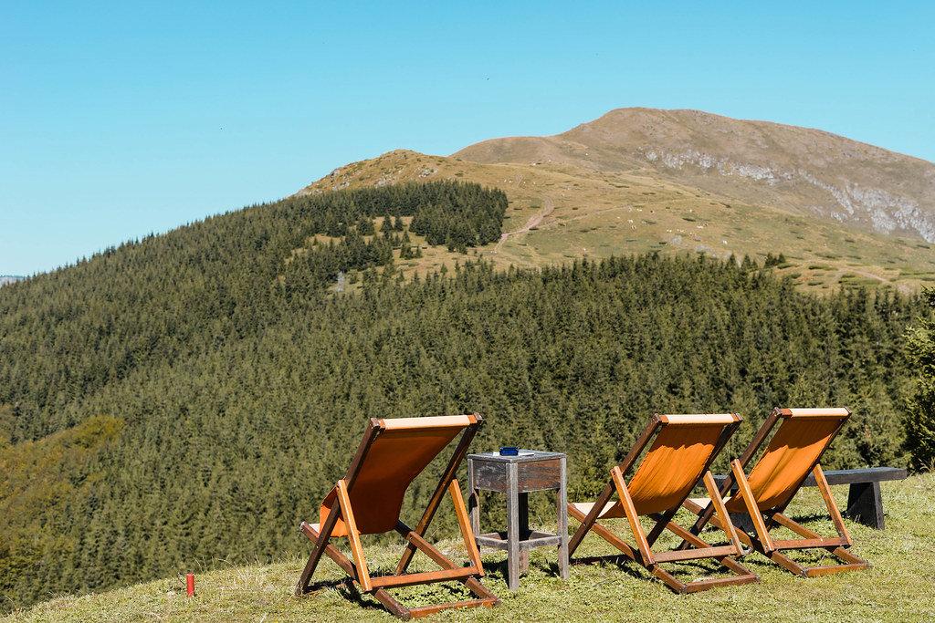 Liegestühle auf einem Feld mit Blick auf den Gipfel Babin Zub an der Stara Planina, Serbien