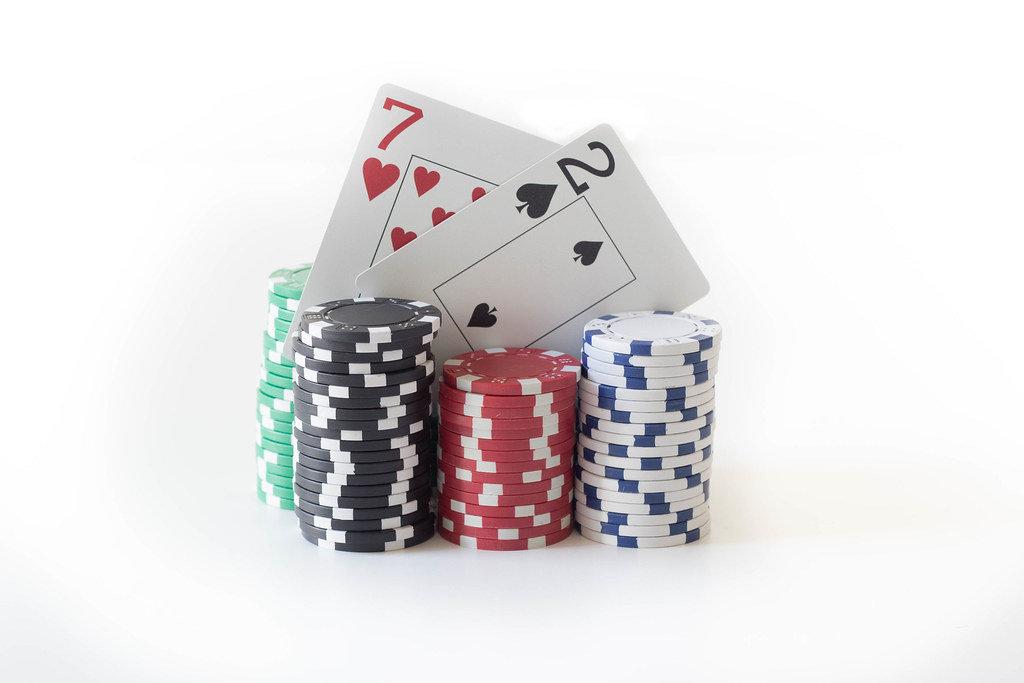 Pokerchips und Karten sieben und zwei
