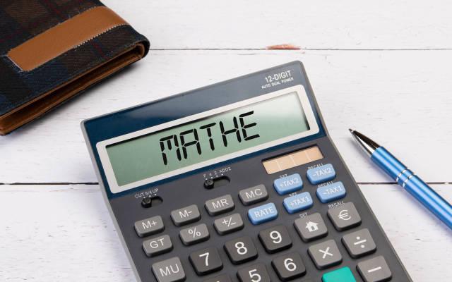 """Klassischer Taschenrechner zeigt """"Mathe"""" auf dem Display"""