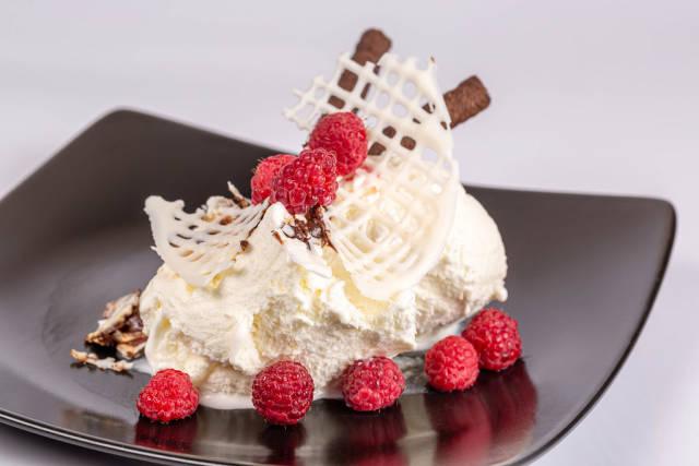 Vanilla ice cream with raspberries, white chocolate and cookies