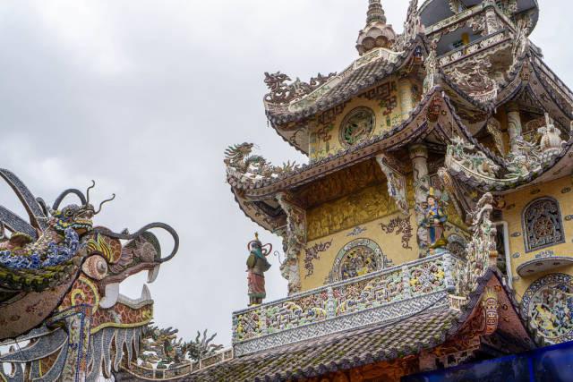 Drachen Halle der Linh Phuoc Pagode mit vielen Verzierungen in Da Lat, Vietnam