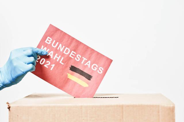 Bundestagswahl 2021 - Wahlzettel wird in Urne geworfen