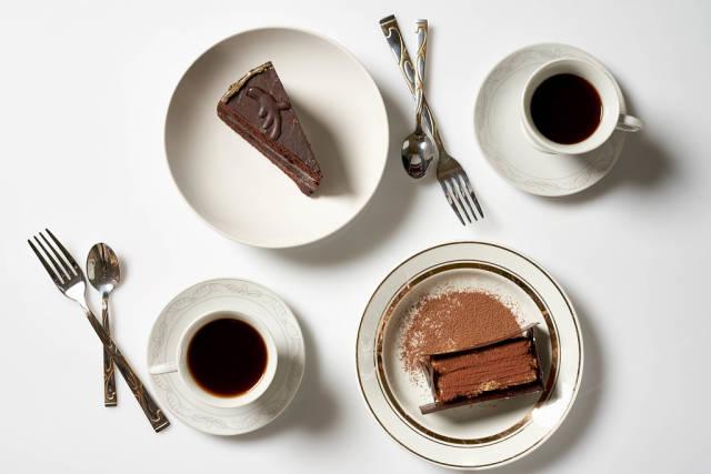 Torte und Kaffee für zwei: Aufnahme von oben vor weißem Hintergrund