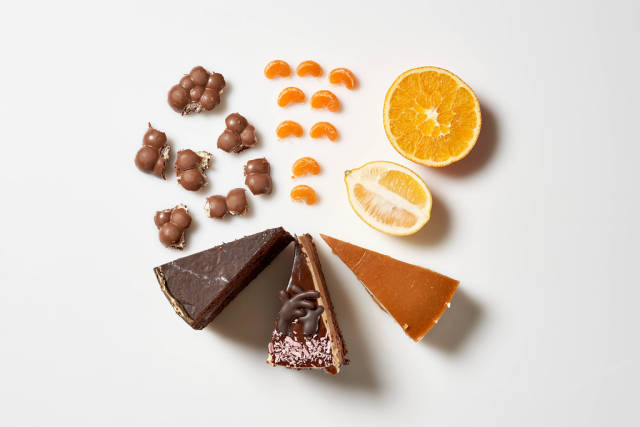 Nachtisch für alle: drei Portionen Torte, eine halbe Zitrone, eine halbe Orange, Mandarinenstücke