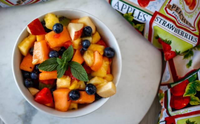 Obstsalat mit Blaubeeren, Wassermelone, Nektarine und Minze. Draufsicht