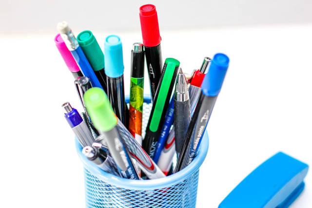 Viele Stifte vor weißem Hintergrund