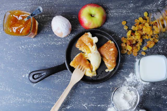 Austrian pancake recipe, Kaiserschmarrn with raisins and apple jam