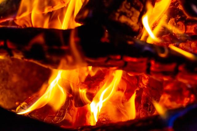 Feuer und Flammen eines Lagerfeuers