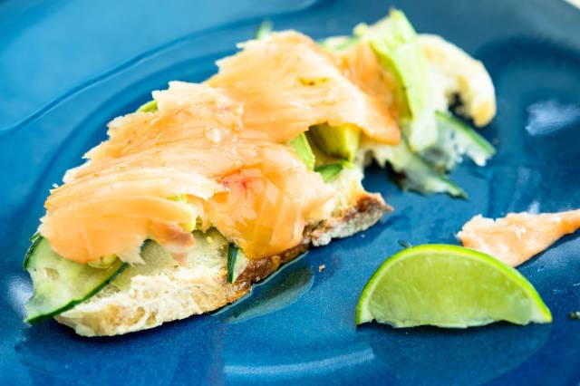 Toast mit Lachs und Avocado