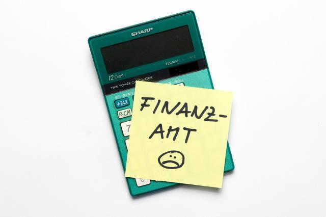 Memo Zettel mit dem Wort Finanzamt