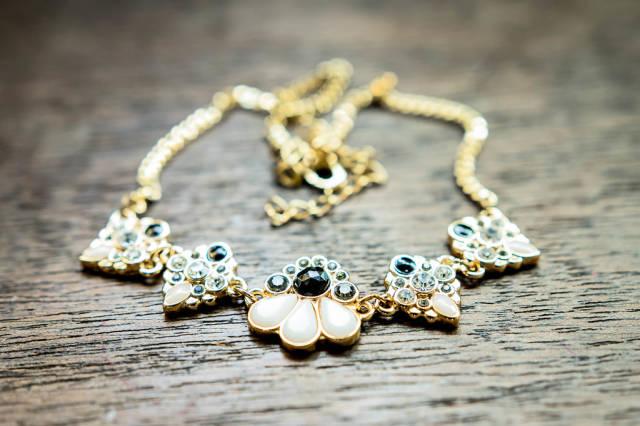 Elegant golden necklace