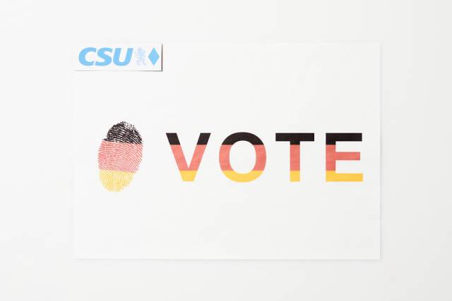 Abstimmung für die CSU bei der Bundestagswahl 2021 auf Zettel mit Farben der deutschen Flagge