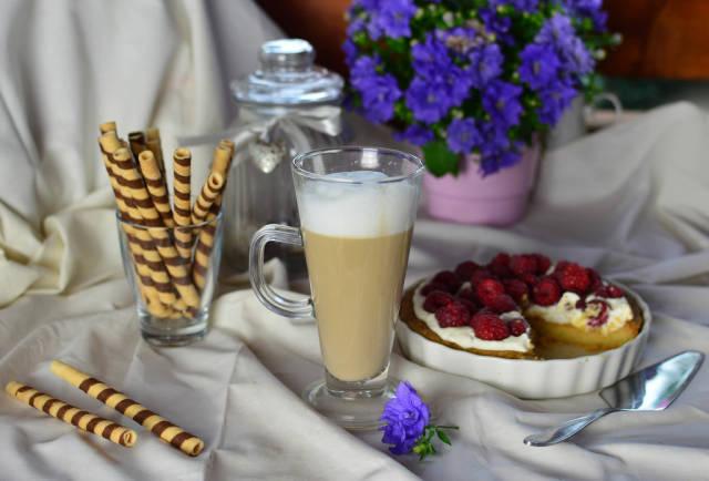 Caffè Latte und Tarte mit Obst