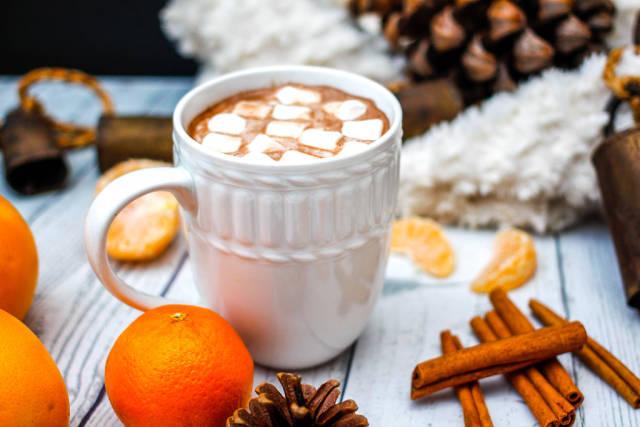 Heiße Schokolade, Zimtstangen und Klementinen