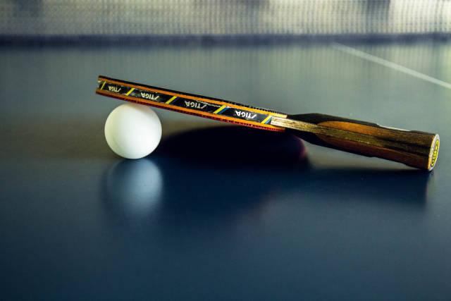 Pingpong-Schläger und Ball auf der Tischtennisplatte