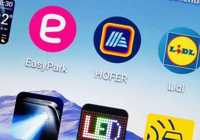 Nahaufnahme von Apps auf Display eines Mobiltelefons