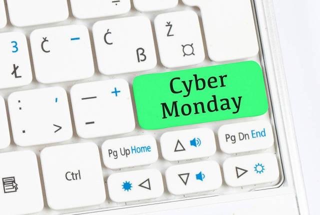 Grüne Taste mit Aufschrift CYBER MONDAY auf weißer Computertastatur