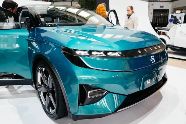 Byton M-Byte Konzept des zukünftigen selbstfahrenden Autos aus der 3/4 Ansicht