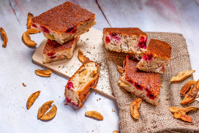Apple cake With berries