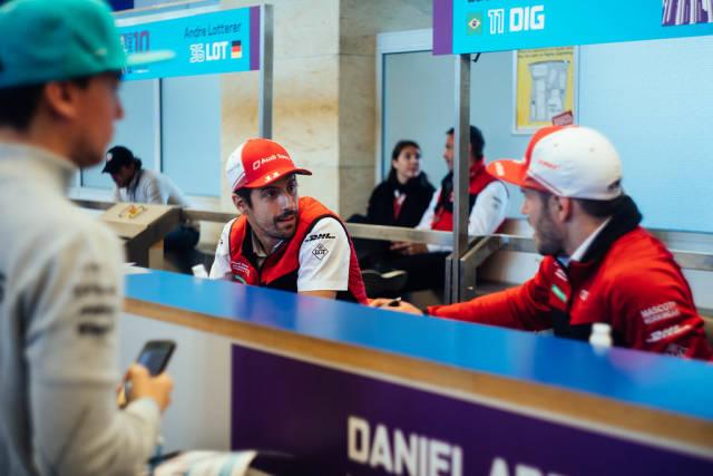 Die Rennfahrer Lucass di Grassi und Daniel Abt unterhalten sich während einer Autogramstunde auf der Berlin Formula E