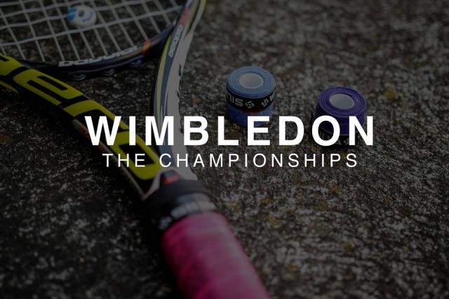 """Tennisschläger neben farbigem Schlägertape / Griptape auf einer Steinoberfläche, hinter der Aufschrift """"Wimbledon The Championships"""", dem Namen der jährlichen Sportveranstaltung in London"""