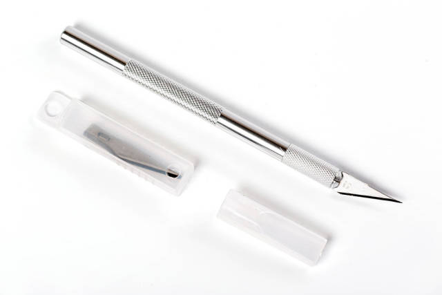 Engraving knife with replaceable blades