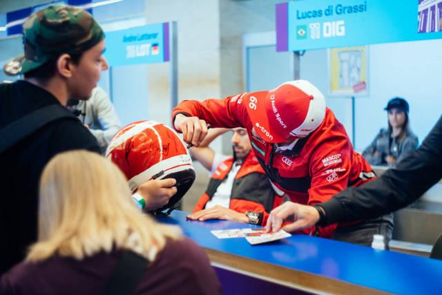 Der deutsche Automobilrennfahrer Daniel Abt signiert für einen Fan zu Ehren von Niki Lauda den Tribute-Helm