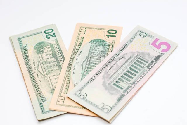 US Dollar Banknoten auf weißem Hintergrund