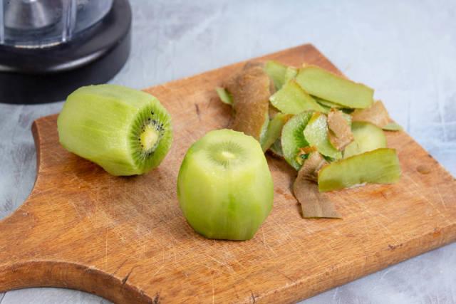 Sliced Kiwi fruit prepared for juice mixer
