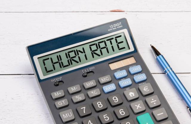 Taschenrechner zeigt das Wort Abwanderungsquote (Churn Rate) im Display an