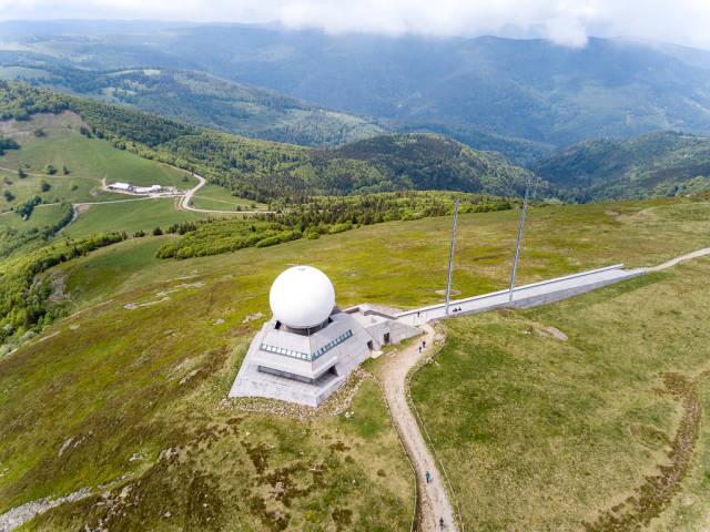 Luftbildaufnahme der Radarstation und Gebirgsjäger-Ehrenmals auf dem Großer Belchen
