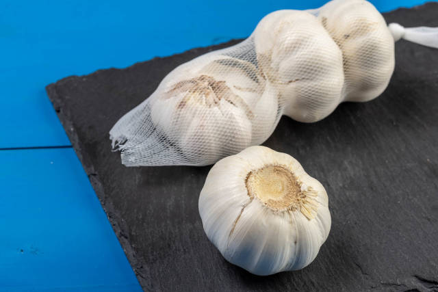 Garlic pack on the black Stone Tray