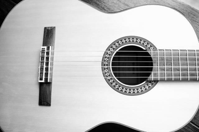 Akustische Gitarre in schwarz-weiß