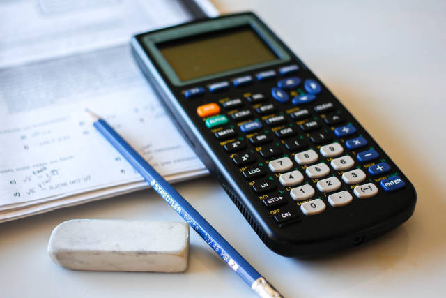 Taschenrechner, Bleistift und Radiergummi. Mathematik-Hausaufgaben